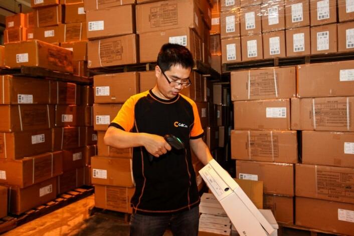 Crossdocking innebærer at varer pakkes sammen i avsenderlandet og sendes direkte til butikk i mottakerlandet. På den måten unngår man at varene må innom kjedenes sentrallager.