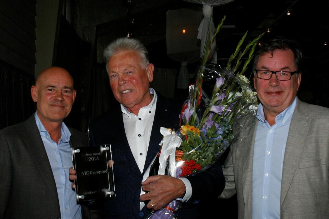 Fra venstre bransjedirektør Bror William Stende, Virke, Jens-Ivar Skinstad, VIC Kjemprud og redaktør i Tekstilforum, Ove Hansrud