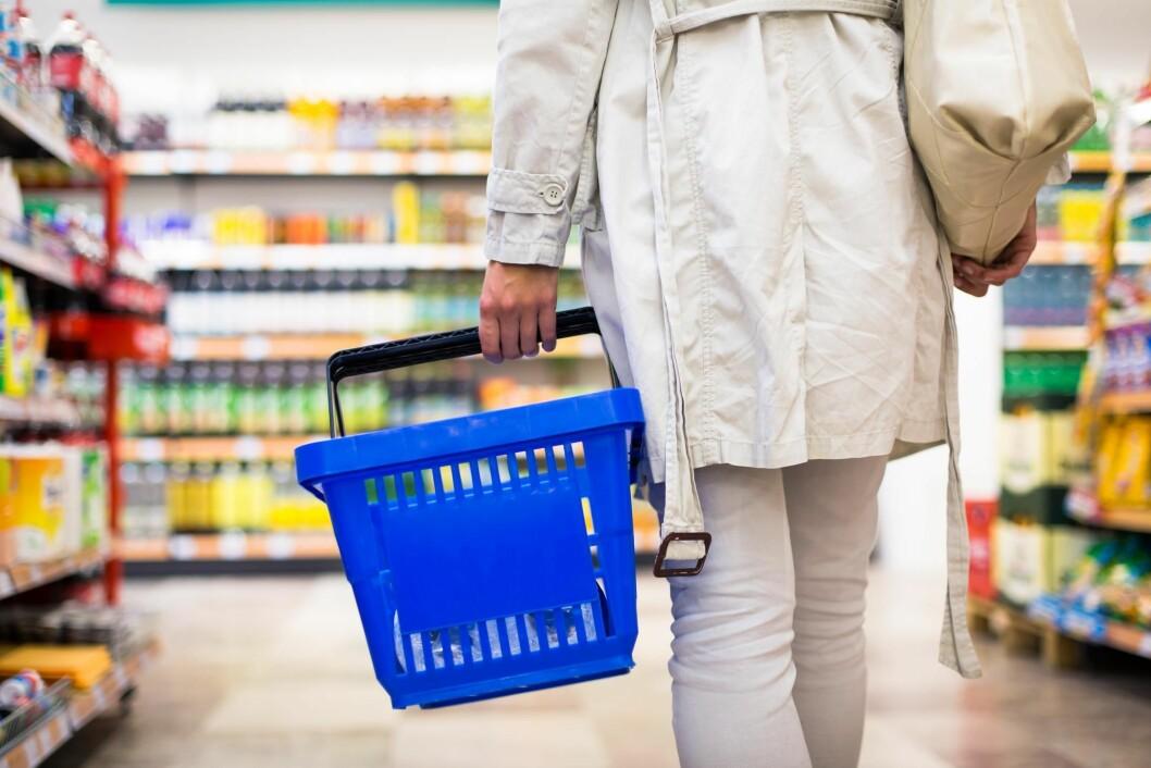 Det er blant annet salget i daglivarebutikkene som bidrar til nedgangen. (Illustrasjonsfoto: yayimages.com)