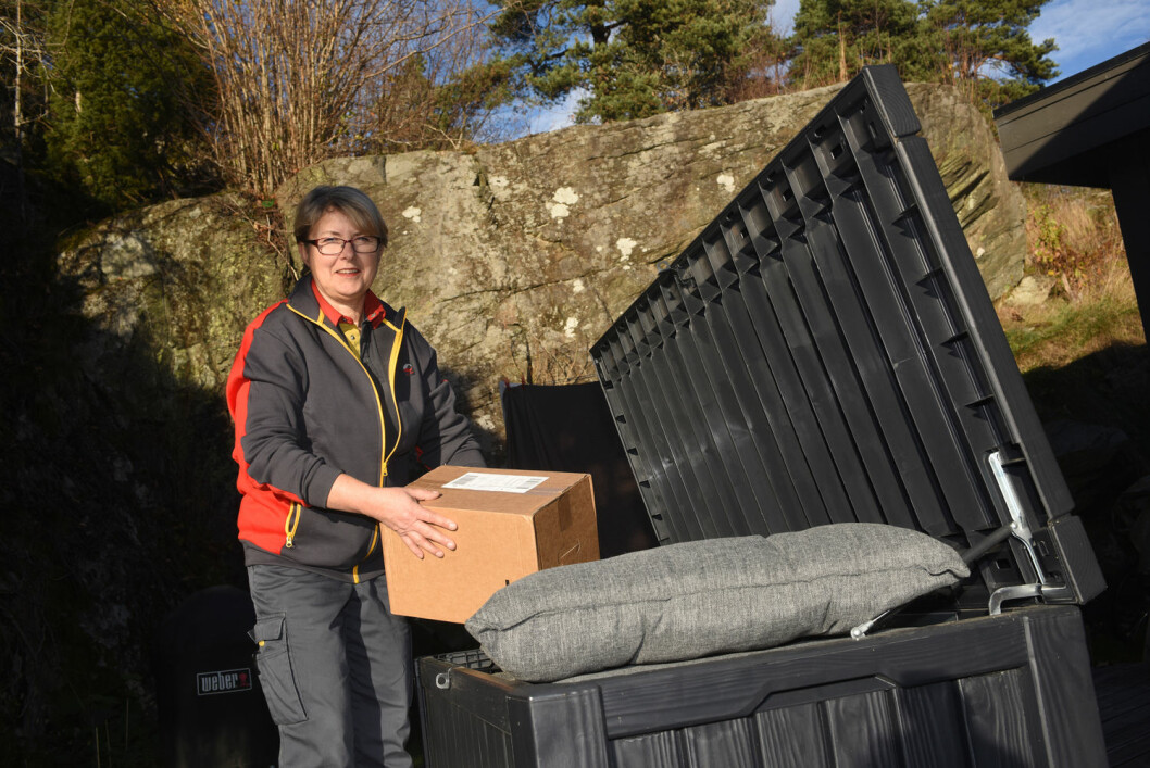 Postbud Bente Bråthe prøver gjem-levering. (Foto: Birger Morken / Posten)