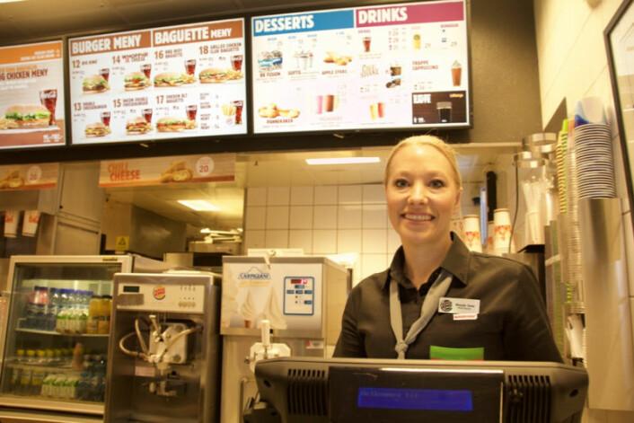 Wenche Mathiesen på Burger King på Strømmen Storsenter mener at selvbetjeningskioskene er en fordel både for gjestene og de ansatte.