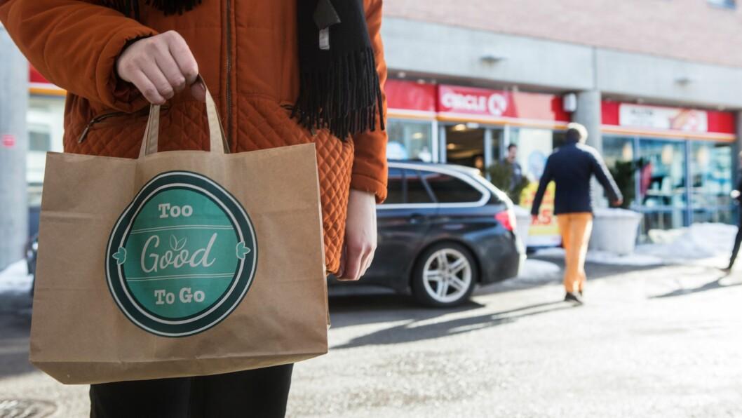 REDD MATEN. Ved 72 Circle K-stasjoner over hele landet kan du bekjempe matsvinn ved å kjøpe en Too Good To Go-pose. Foto: Johnny Syversen