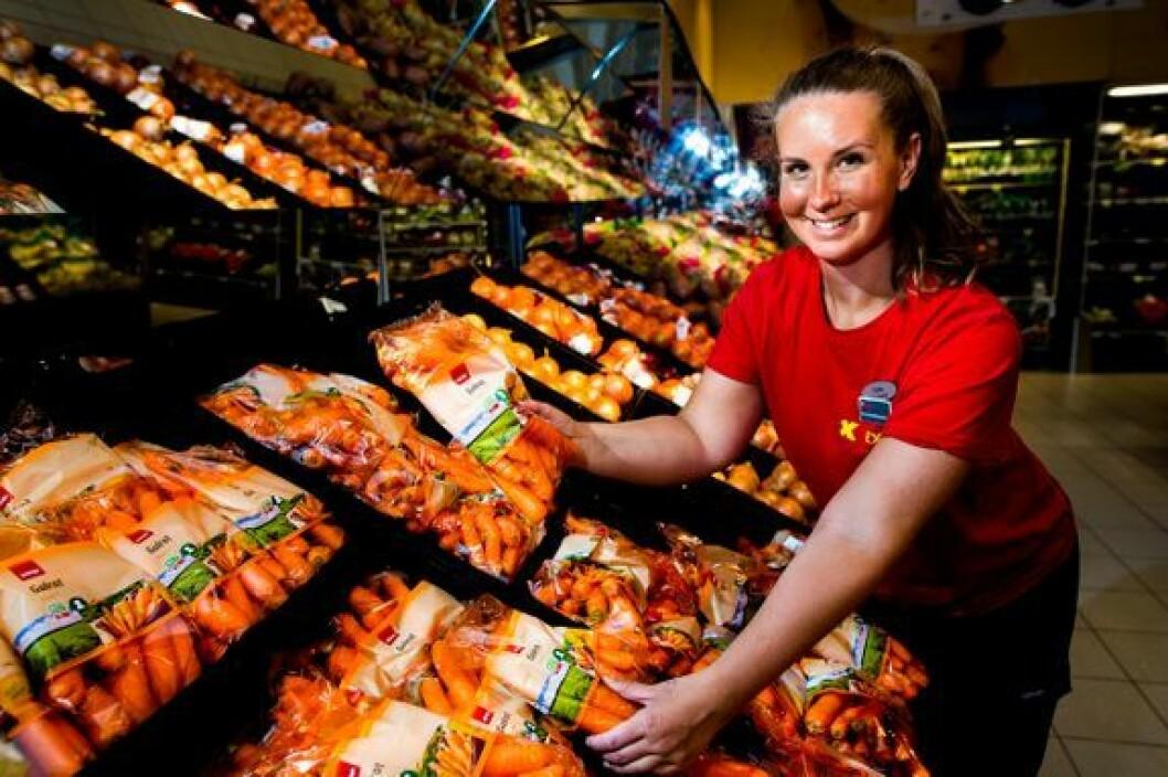 Konstituert butikksjef Anna Rød på Coop Extra Halden ønsker sammen med Coop å selge mest mulig norske grønnsaker, tross vanskelige forhold.