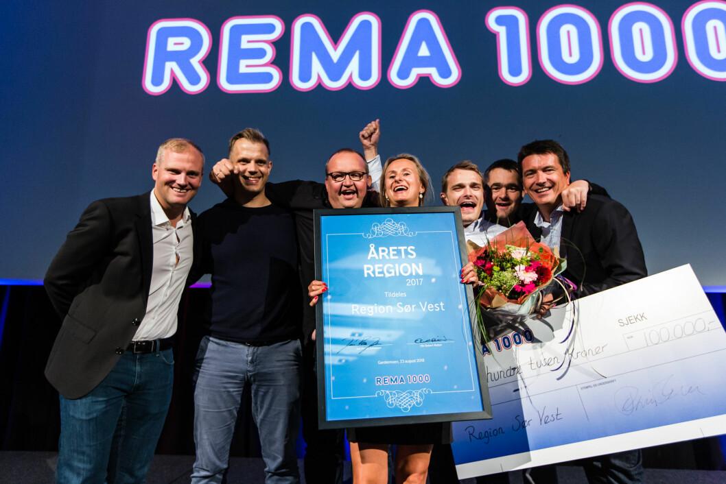 Ole Robert Reitan (lengst t.h.) forestod overrekkelsen av prisen. (Foto: REMA 1000)