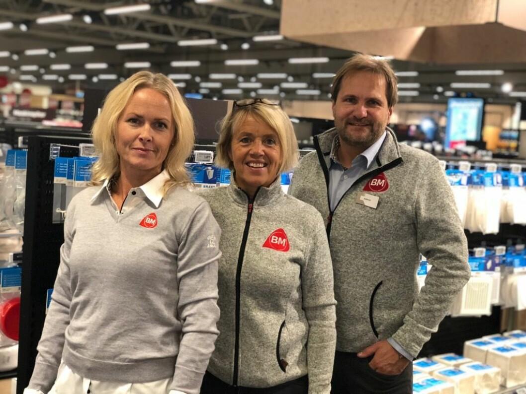 Har bidratt avgjørende til kjedens nye stolthet: Fra v. Astrid Angard (butikkdesigner i Byggmakker), Anne Marthe Høgsnes (prosjektleder hos Byggmakker Tiller), Børge Andersen (varehussjef Byggmakker Tiller). (Foto: Byggmakker)