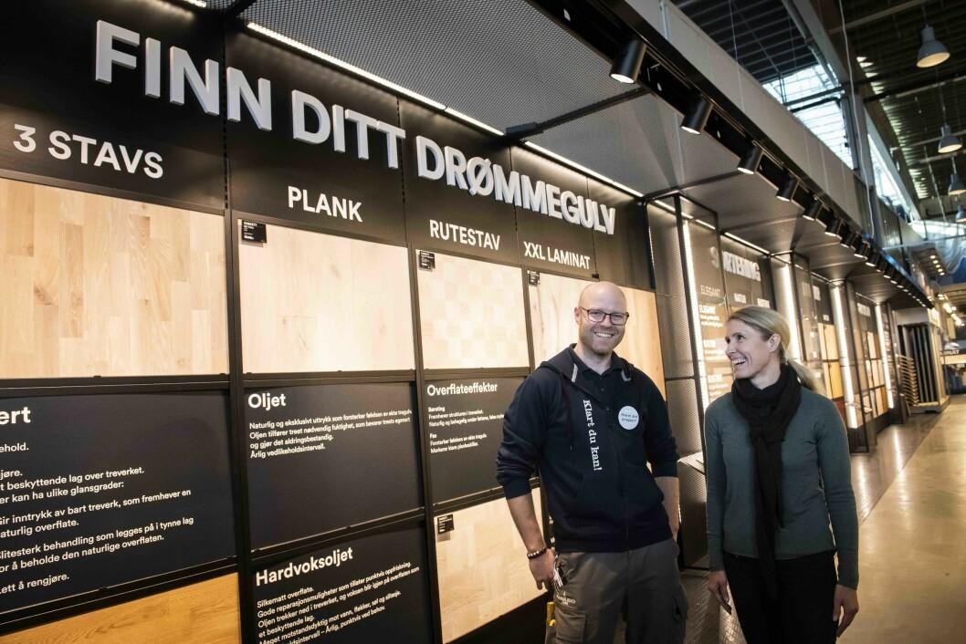 Tommy Danielsen og May Britt Askvik fra Maxbo har tro på at den nye gulvutstillingen skal hjelpe kundene med å finne drømmegulvet. (Foto: Katrine Lunke)