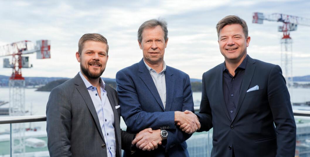 Avtalen gjort: Raymond Gabrielsen (t.v.) fra Byggmakker, Morten Ødeskaug fra Sørbø Trelast AS og Tau & Jørpeland Bygg AS og Knut Strand Jacobsen fra Byggmakker. (Foto: Morten Brakstad)