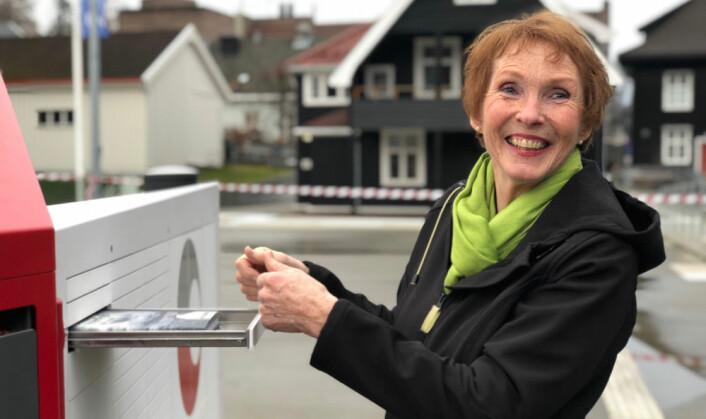 Ordfører Kari Anne Sand i Kongsberg får den første sendingen som er levert i byen. Nå starter testingen for fullt. (Foto: Posten Norge)