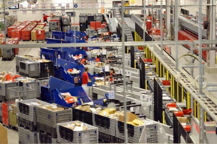 På Postens Østlandsterminal på Lørenskog sorteres småsendinger fra utlandet. FOTO: Posten
