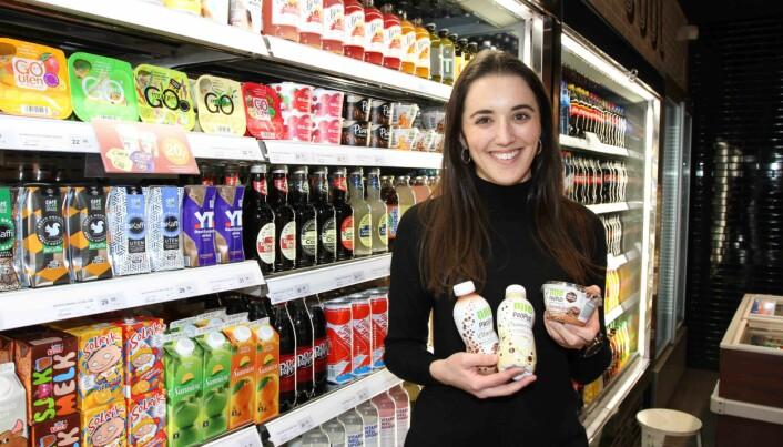 Michelle Dante med noe av kjedens brede vareutvalg.