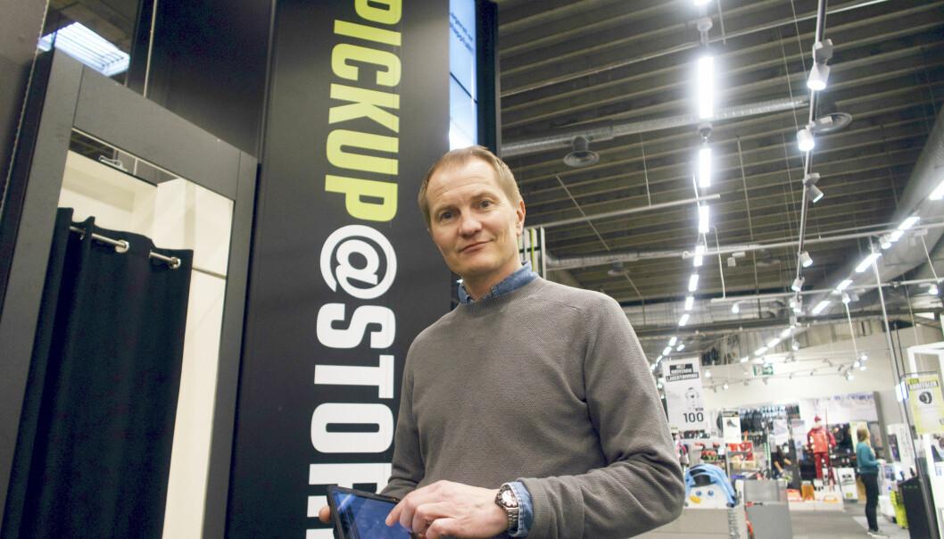 Foran XXLs fem meter høye utleveringsrobot i varehuset på Alna holder IT-direktør Espen Terland en tablet som inneholder noe som er atskillig viktigere for logistikken: Avansert omnikanal ordrestyring.