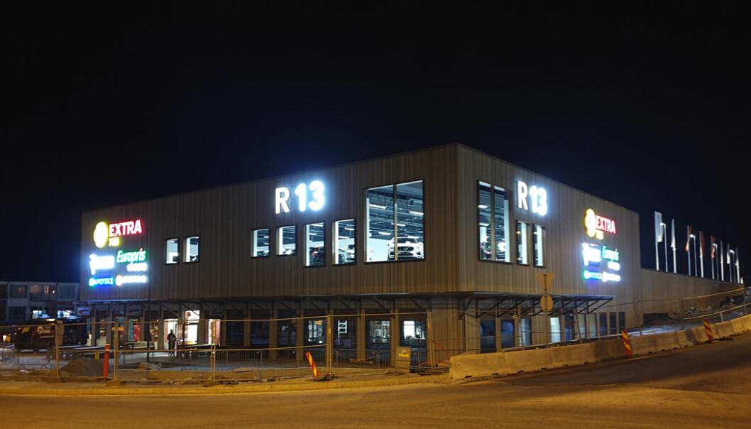 """Det nye kjøpesenteret R13 på Tau """"by night""""."""