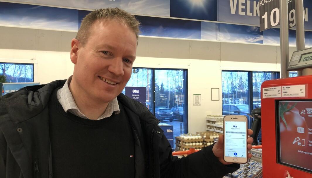 Kristian Bjørseth, leder for betaling og ID i Coop Norge, viser frem betalingsløsningen Coopay.