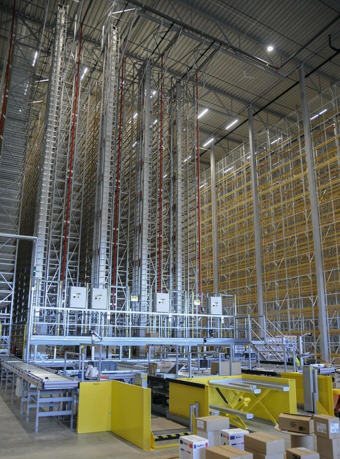 Logistikksystemet styrer både den fysiske og virtuelle vareforflytningen, hele veien fra ordrehåndtering til transporten. Alle handlinger og prosesser starter med en ekstern- eller internordre.