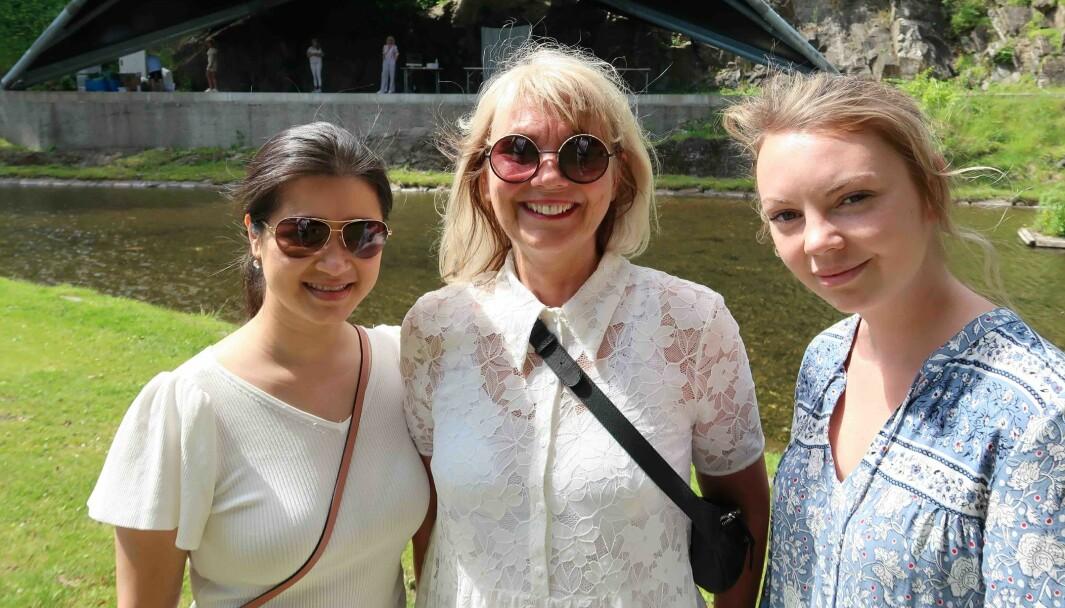 Studentene Phuon Thai Tran (t.v.) og Lene Ellstrøm Tveit (t.h.) flankerer fagansvarlig og lærer Marit Andreassen på SoFi's avgangsutstilling NÆR ved Karpedammen på Akershus Festning.