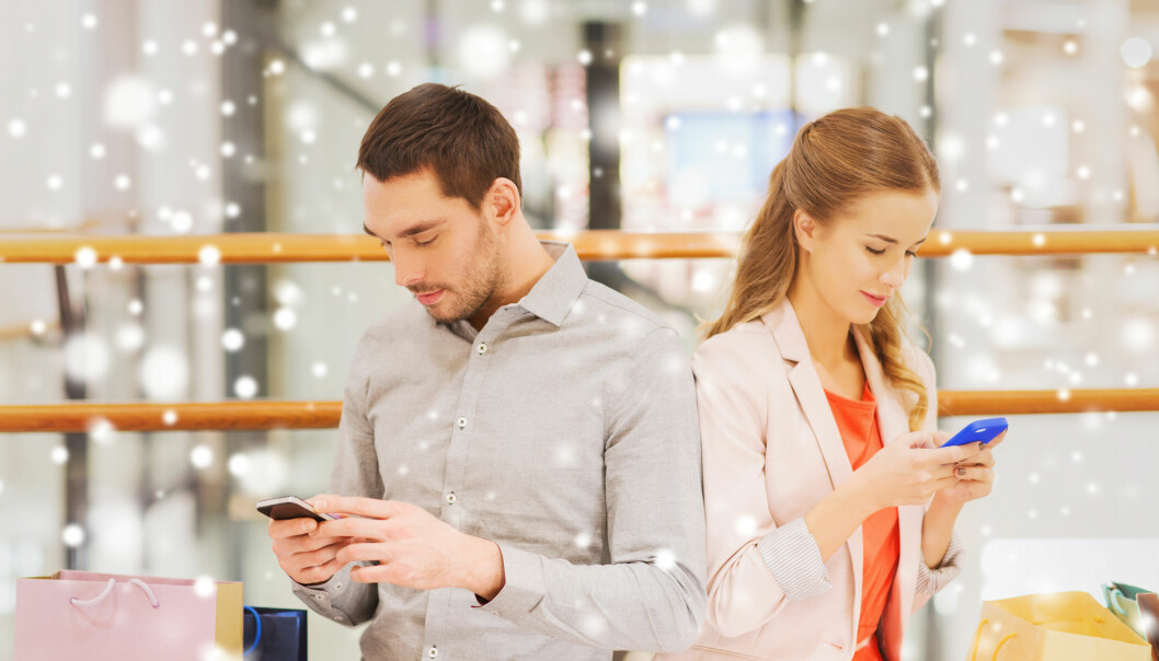 Studien til Høyskolen Kristiania viser klare forskjeller i hvordan menn og kvinner bruker smarttelefonen når de skal handle. Ill. foto.