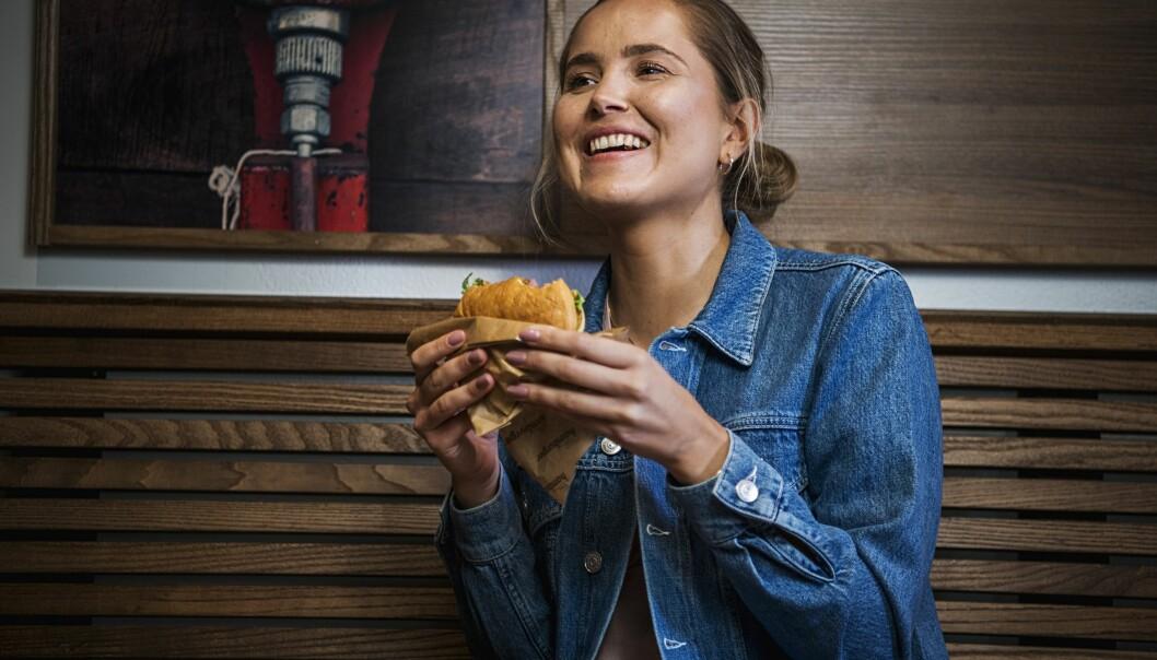 Ingunn Elstad fra Norsk Vegansamfunn er glad for at Shell nå lanserer en 100% plantebasert og vegansk burger.