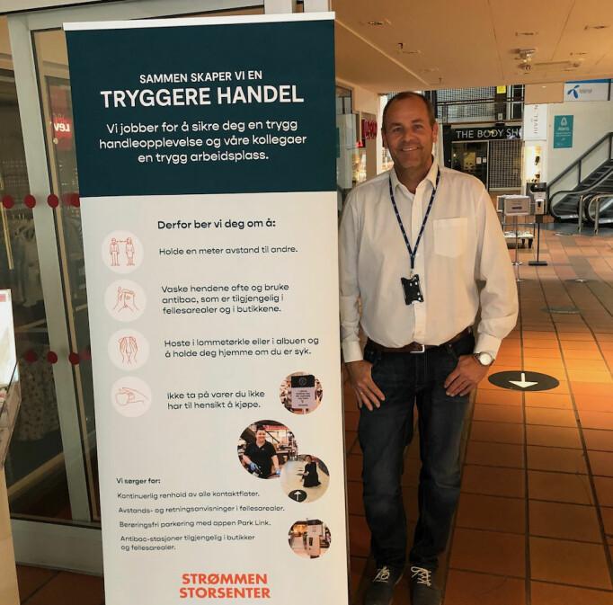 Teknisk sjef Ole Herredsvela med roll-up som gir kundene viktig informasjon om smittevernet.