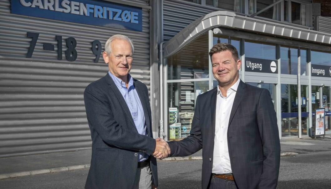 Thomas Beck (t.v) selger Carlsen Fritzøe Handel AS til Knut Strand Jacobsen i Byggmakker Handel AS.