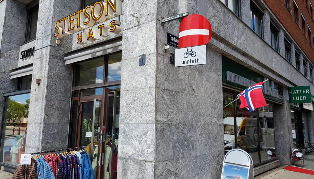 Kremlokalisering til tross, turistene glimrer med sitt fravær, og det har sendt omsetningen av typisk norske moteklær og suvenirer til bunns etter 12. mars.