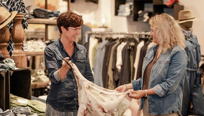Guro og Birgit i nisjebutikken Ny & Ne merker at kunder er blitt mer opptatt av å handle lokalt.