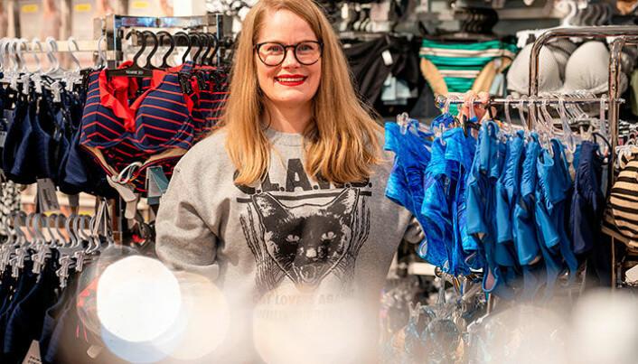 Maks antall kunder i butikken og opprettholdelse av avstandsreglene er blant tiltakene Auds Undertøysalong har iverksatt. Og nå flyr badetøy ut av butikken.