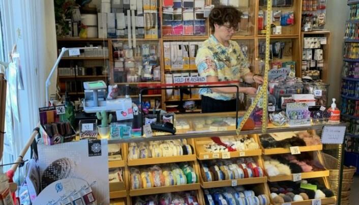 Marcus Fagerheim bistår sommerkundene i butikken.