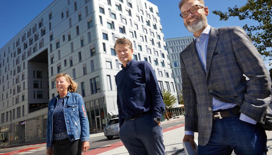 Fra venstre: Berit Svendsen, leder Vipps internasjonal, Rune Garborg, Vipps-sjef, Henning Holtan, Regional Managing Director Visa.