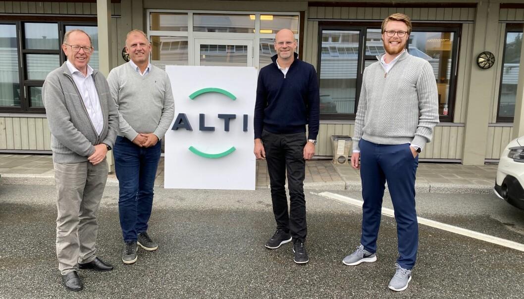 F.v.: Lars Løseth (Alti), Ove Strømmen (Søa Eiendom AS), Erik Snekvik (Falk Eiendom AS) og Lars Ove Løseth (Alti) etter at avtalen er underskrevet.