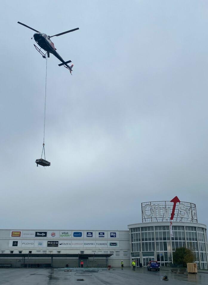 Helikopter viste seg å være billigste og beste transportform for å frakte alle deler til taket av City Syd.