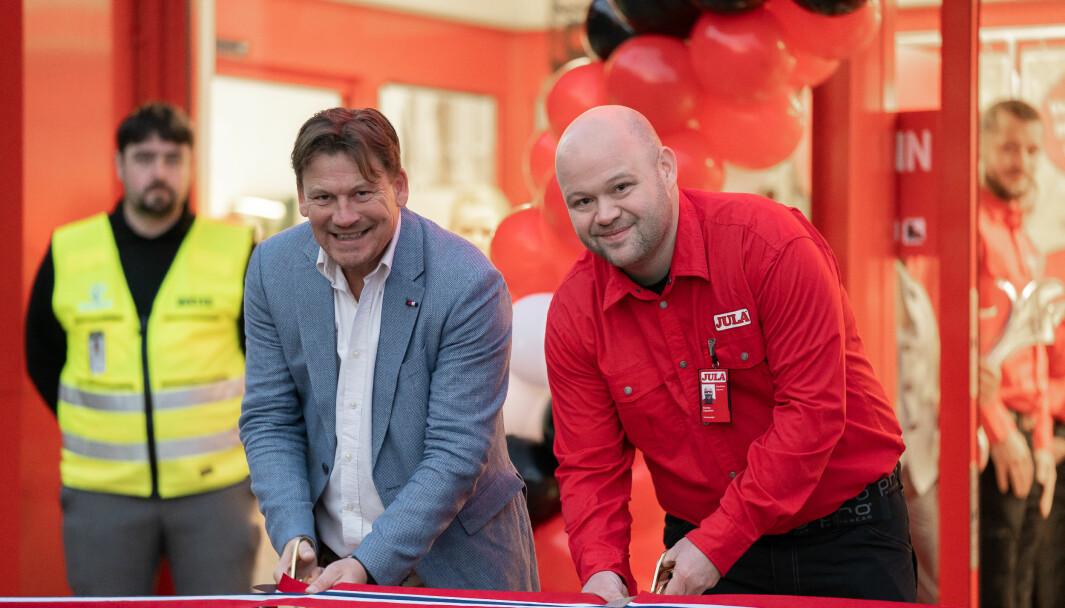 Johnny Albøge, sjef for Jula i Norge, og varehussjef Morten Nysæther klipper bånd og ønsker velkommen til det nye varehuset på Lagunen i dag.