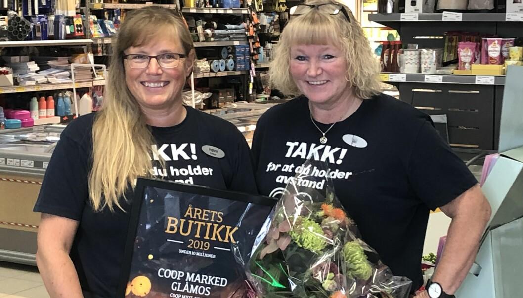 Butikksjef Ingunn Nilsgård og Siri Ertzås ved Coop Marked i Glåmos var stolte over å motta prisen.