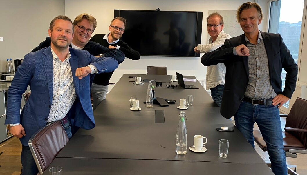 Venstre side av bordet, bakerst: Eilif Langvad Kiland (daglig leder), Ståle A. Møystad Østhaug (managing partner) og Stuart Granlund-Jones (direktør for konseptutvikling). Høyre side av bordet, bakerst: Ove Grønnevik (eier av Media Bergen) og Magnar Øyhovden, konserndirektør Media Bergen
