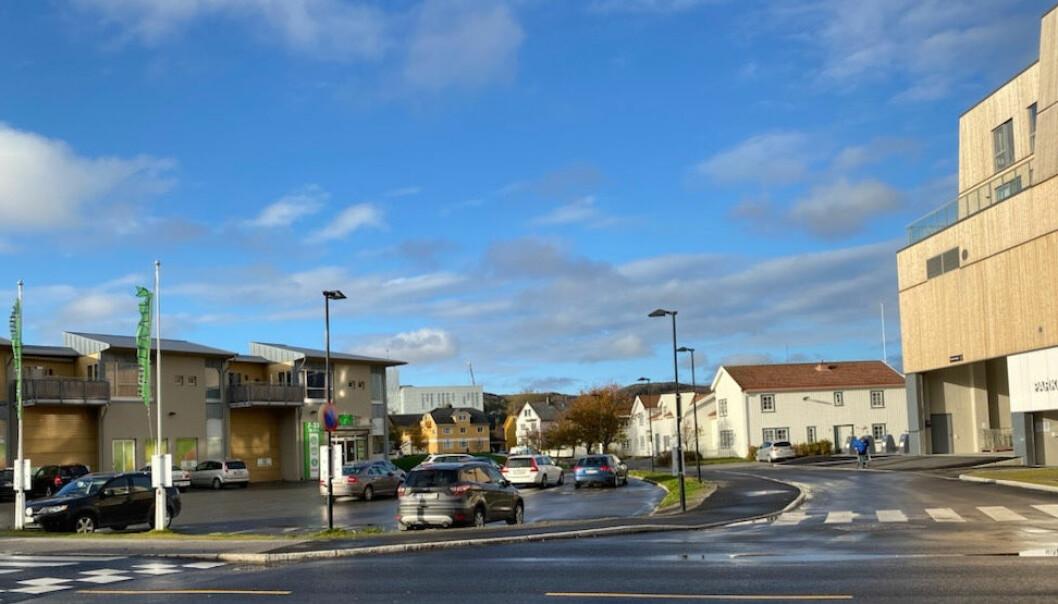 De to kjøpesentrene ligger bare et steinkast unna hverandre midt i kystbyen – Rørvik Torg til venstre og AMFI Rørvik til høyre.
