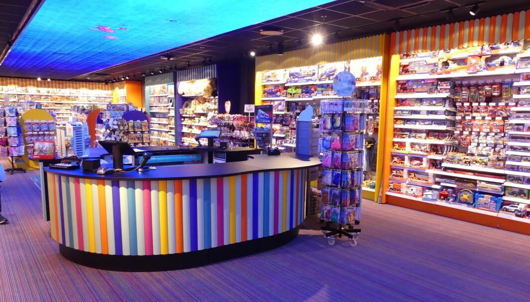 Lekebutikk som ble åpnet i vår med en av Norges største innendørsskjermer i taket, samt en levende skjerm i gulvet. Konseptet er lekent, og butikken har blitt en skikkelig fargeklatt.