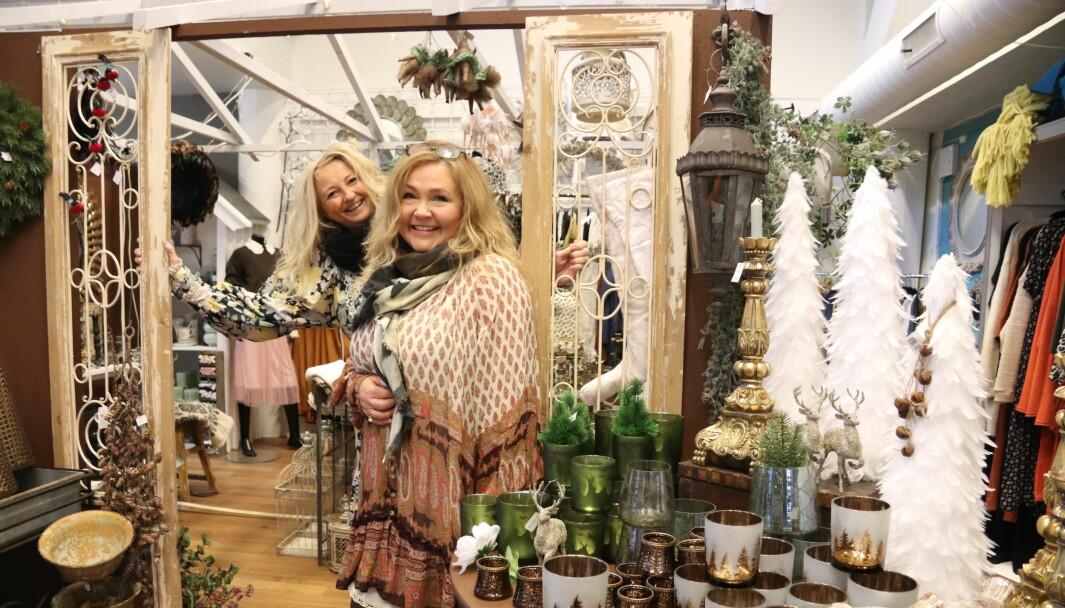 Anneli Waaler og Aud Tamburstuen Adsen i livsstilsbutikken Guri Malla på Kongsvinger strekker seg for kundene og holder åpent lenger.