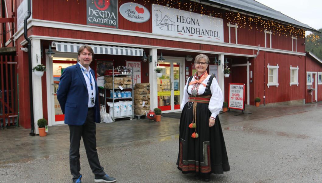 Kjededirektør Kjetil Flåtrud og kjøpmann Gro Cathrine Aasgrav enige om at Hegna Landhandel fortjener status som 'Historisk Stad'.