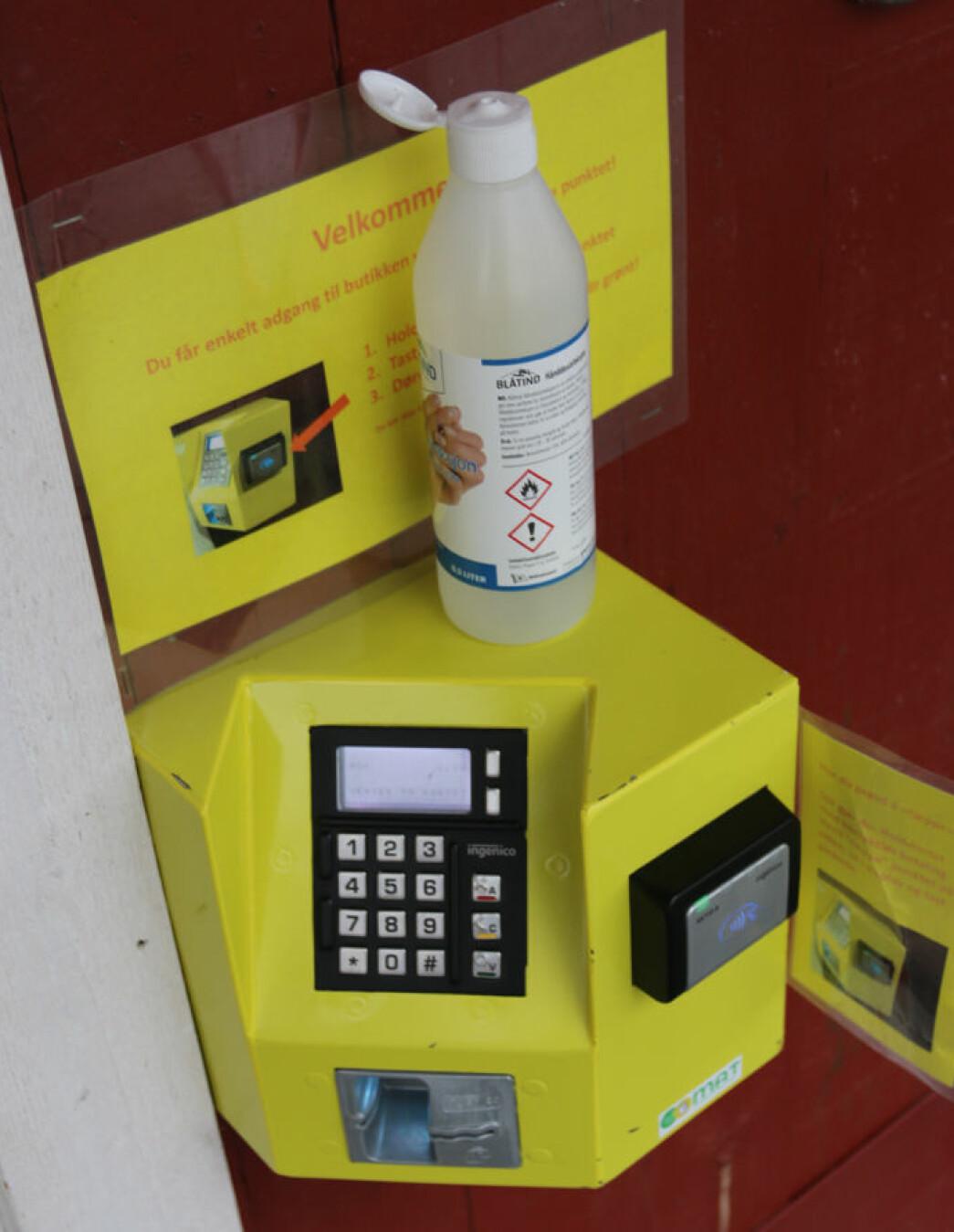 Den gule RMA-Adgangskontrollen åpnes med gyldige betalingskort som nøkkelkort til butikken. Under koronaen også naturlig underlag for håndspritflasken som skal stå ved alle butikkinnganger.