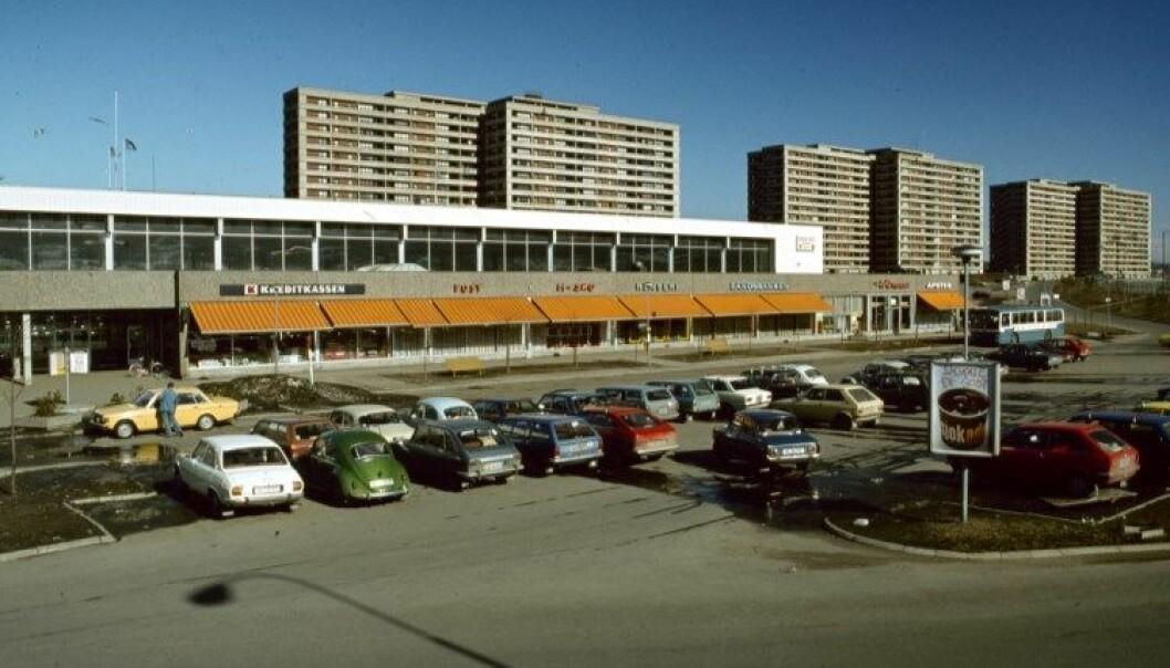 Tveita senter var landets første overbygde butikk-, service- og sosialsenter. Innvendige glassvegger og varmluftanlegg ga en helt ny shoppingopplevelse. Med T-bane i underetasjen og parkering for 550 biler utenfor var tilgjengeligheten god. Bildet er fra 1977.
