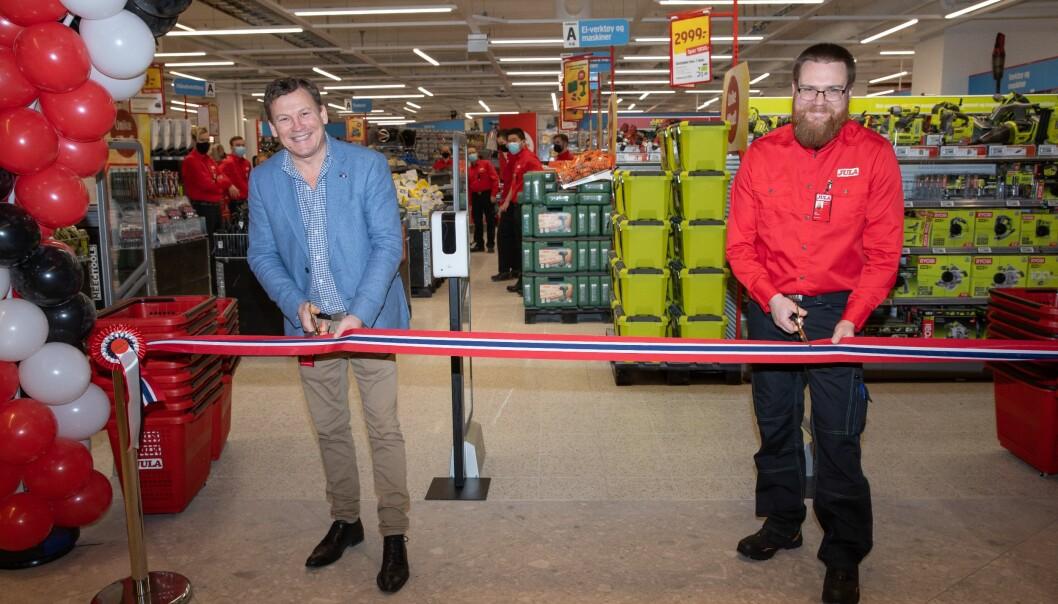 Varehussjef Erik Hedlund og Johnny Albøge, Country Manager Norway, klipper båndet som markerer åpningen av den største butikken i Triaden.