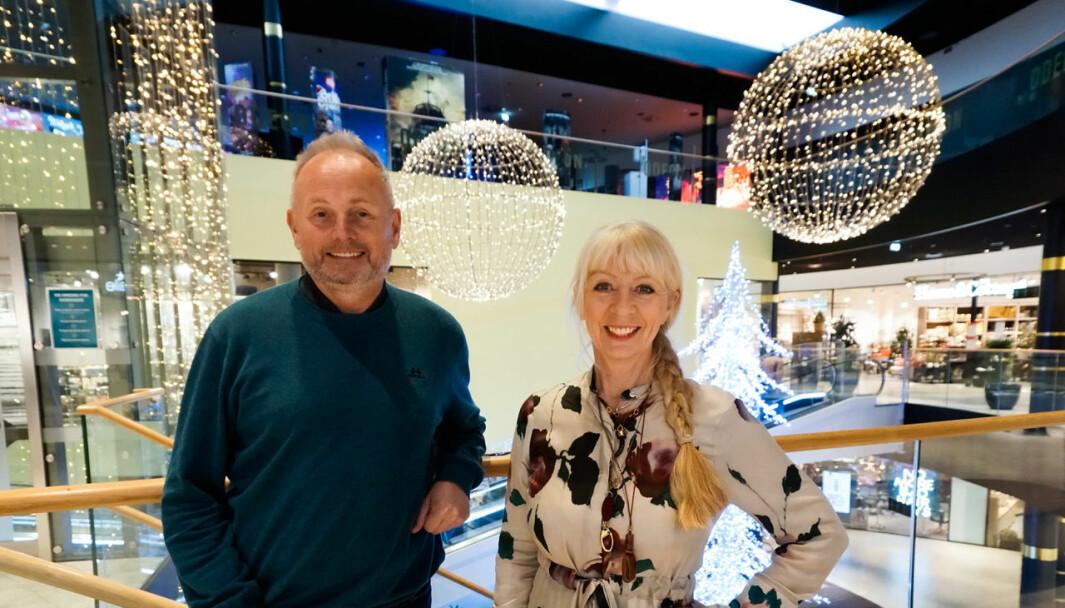 Driftssjef Svein Ytterland og senterleder Anne Mari Rødal Kleppe på Amfi Moa mener at belysningen er viktig for kundeopplevelsen..