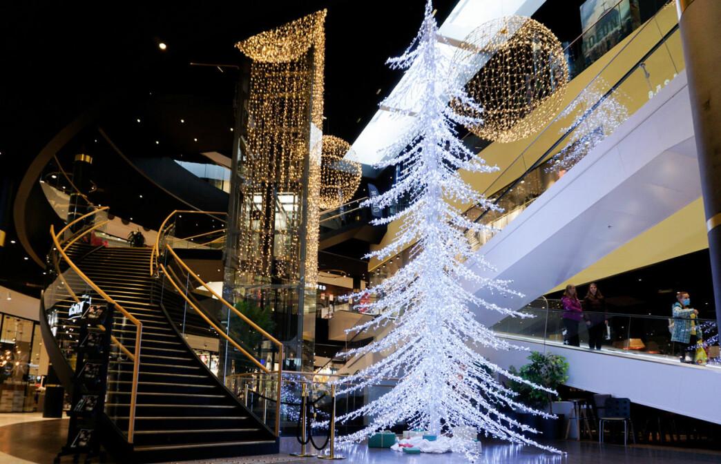 På vinteren satser Amfi Moa på lysdekor som utvides hvert år, og i år med et dekorativt juletre, levert av EuroSign.