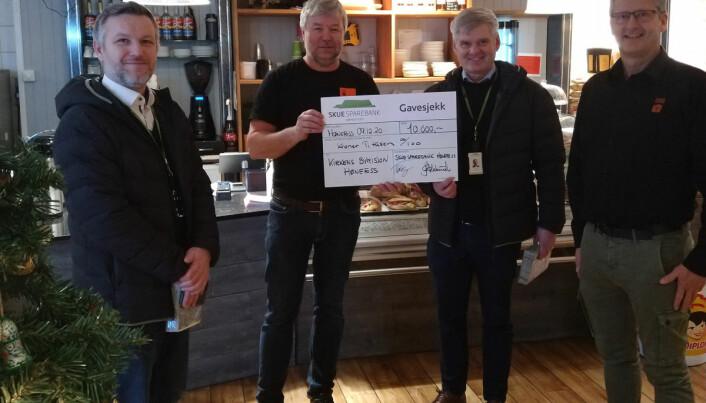 Skue Sparebank ved Per Anders Bjørklund og Ole Jan Aslaksrud kom innom med en sjekk på 10.000, på bildet sammen med Jan Egil Hovland og Jon Gulbrandsen fra Kirkens Bymisjon.