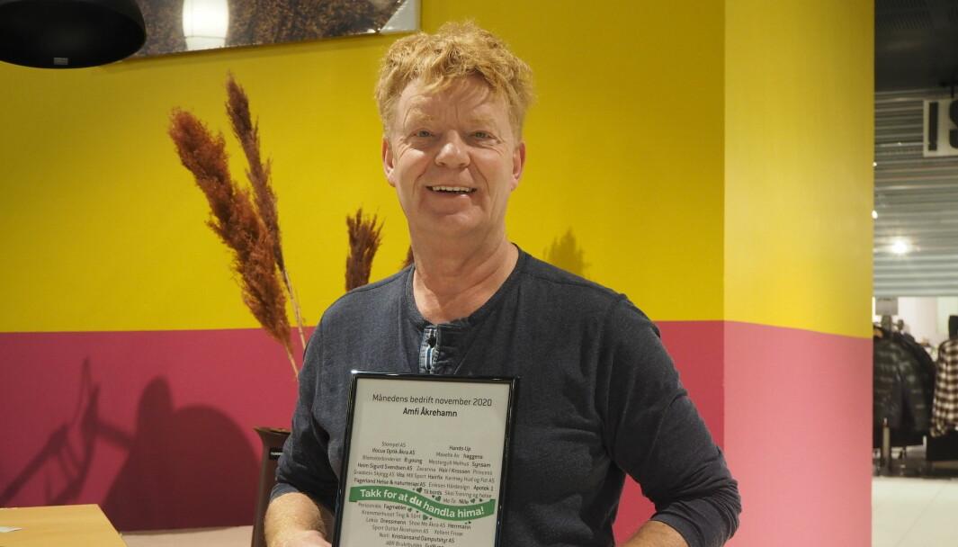 Senterleder Magnar Vetvik på Amfi Åkrehamn med prisen som viser at det er kåret til månedens bedrift på hjemstedet.