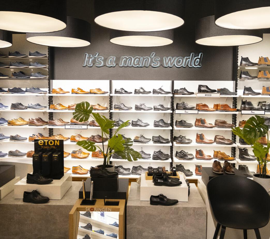 Butikken har en god grunnbelysning som lyser opp vegger og stativer