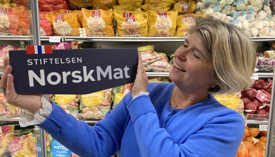 Administrende direktør, Nina Sundqvist, med ny logo for Stiftelsen Norsk Mat.