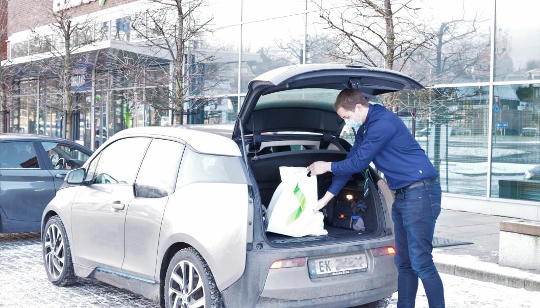 Kreativiteten blomstrer i varehandelen under pandemien. Elkjøp har funnet en betalingsløsning med Vipps som innebærer at kunden ikke trenger å forlate bilen.