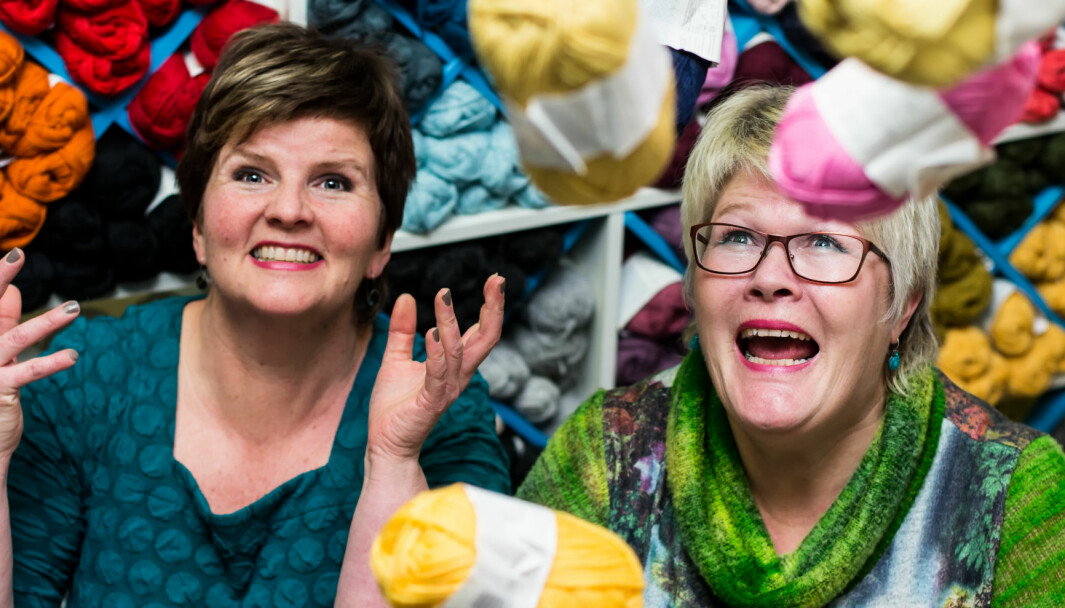 De to damene i Strikken AS på Meråker imponerer med å ha mange baller – for ikke å si garnnøster – i luften samtidig.