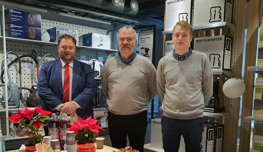 Ordfører Roald Aga Haug (t.v.) stod for den offisielle åpningen av ELON Odda. Bjarte Nilsen (i midten) og Torje Nilsen (t.h.) eier selskapet som står for franchisedriften.