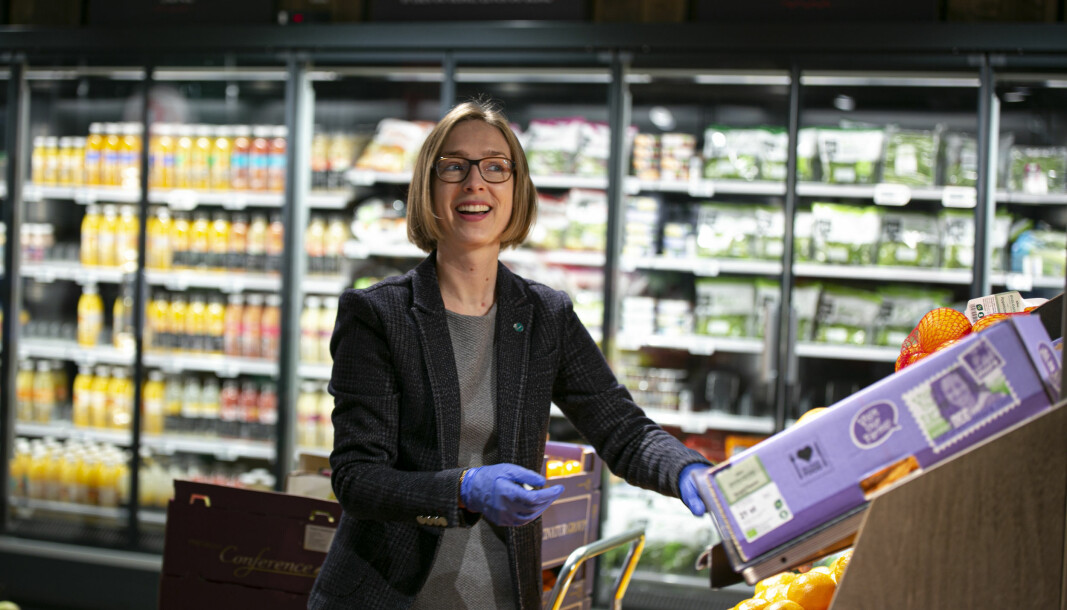 Næringsminister Iselin Nybø krever at leverandørene begrunner forskjeller i innkjøpspris.